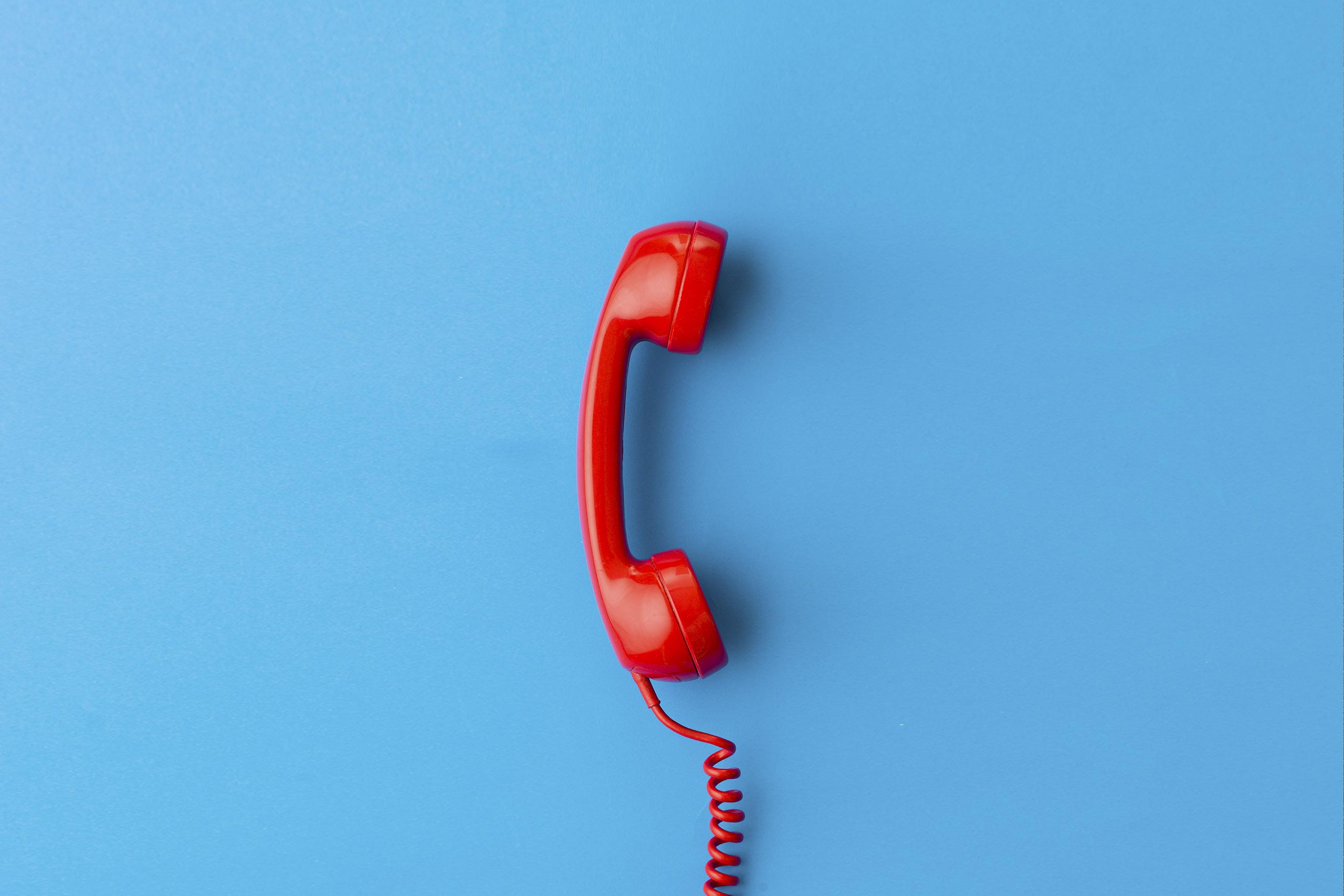 telefono-antiguo-rojo-fondo-azul