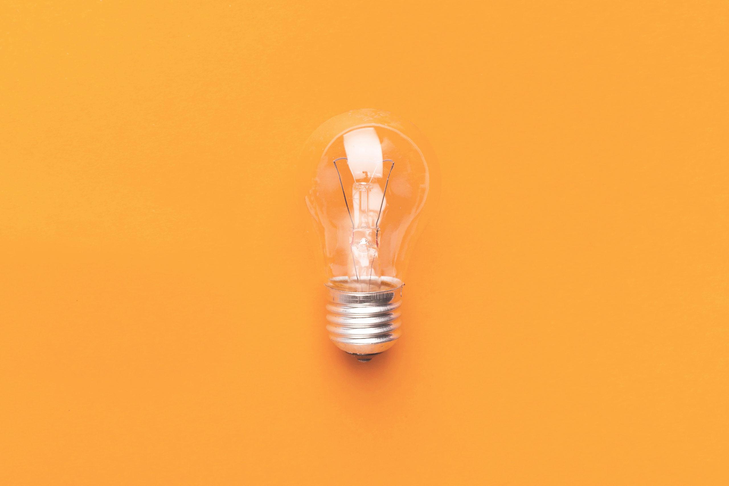 bombilla-fondo-naranja-idea